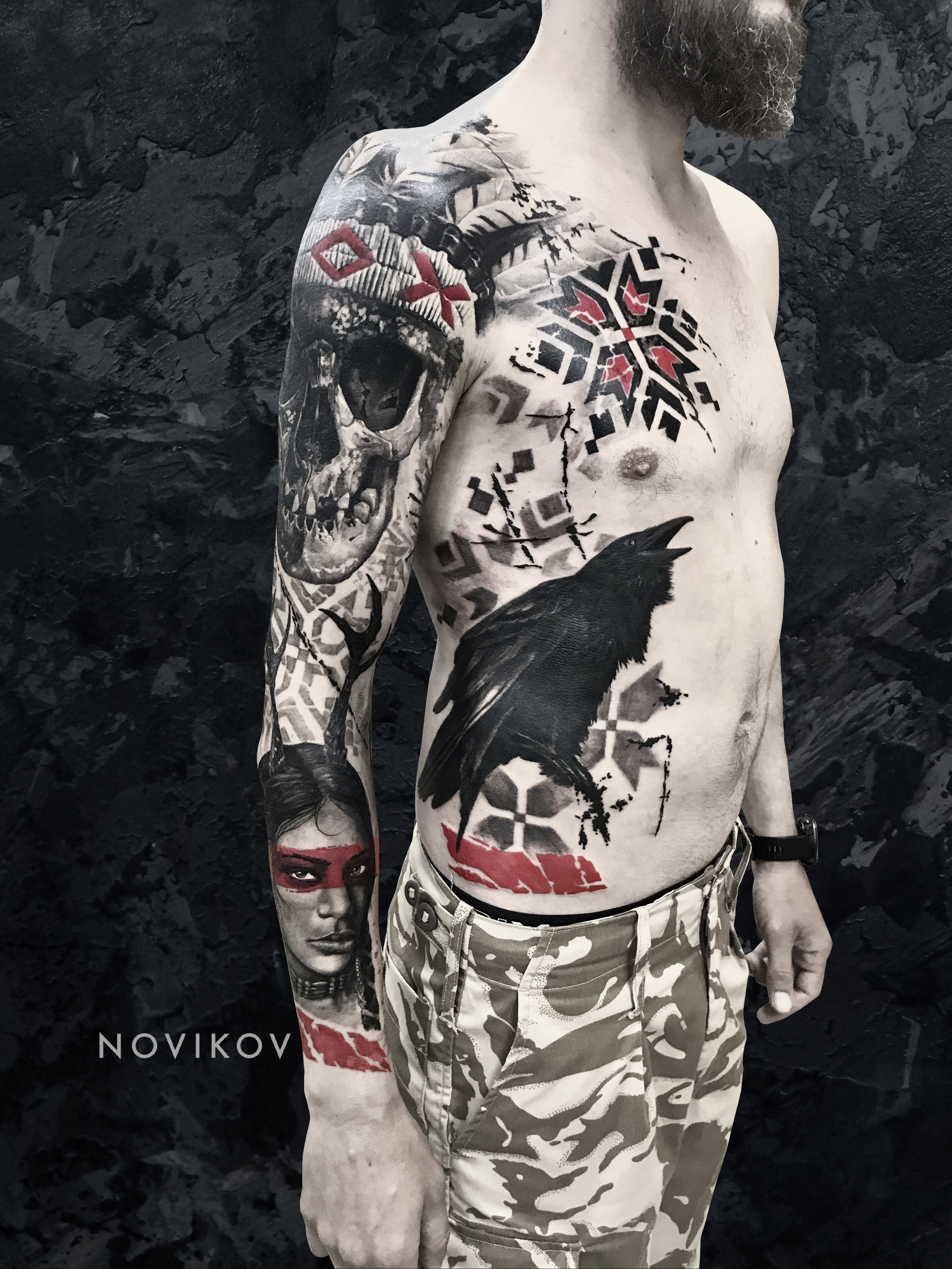 Большая татуировка в стиле трэшполька